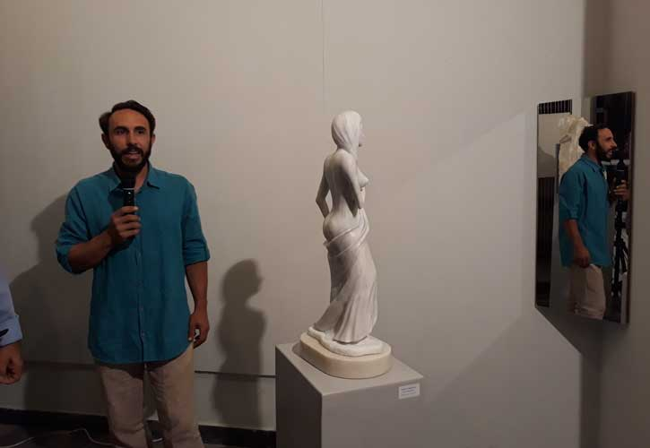 Ο Μαρμαρογλύπτης Γιάννης Χονδρογιάννης, δίπλα στο έργο που φιλοτέχνησε