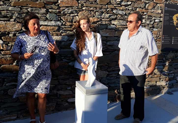 Η καθηγήτρια γλυπτικής της Ακαδημίας Καλών Τεχνών της Φλωρεντίας κ. Alessandra Porfidia, παρουσιάζει τα έργα. Εδώ, με το μαρμαρογλύπτη Αντώνη Χονδρογιάννη και τη σπουδάστρια Michelle Carlini
