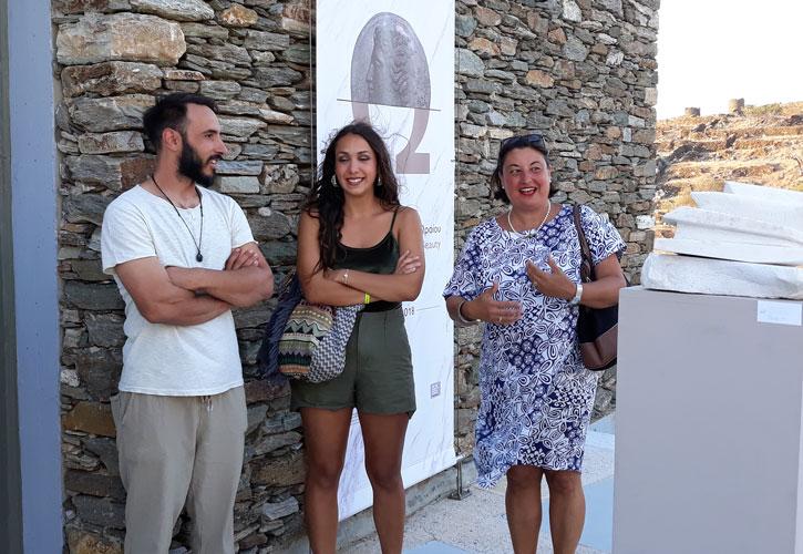 Ο μαρμαρογλύπτης Γιάννης Χονδρογιάννης, με την καθηγήτρια Alessandra Porfidia και τη σπουδάστρια Ilaria Tamborini