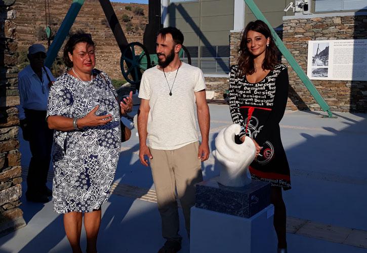 Ο μαρμαρογλύπτης Γιάννης Χονδρογιάννης, με την καθηγήτρια Alessandra Porfidia και τη σπουδάστρια Noemi Lucia Puntorno